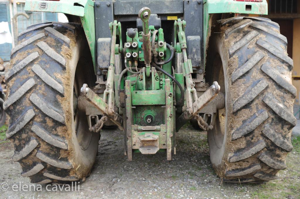 il trattore per lavorare i campi